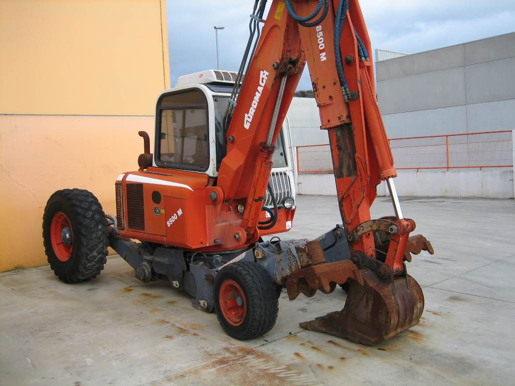 Euromach 8500 anno di costruzione 2003 escavatori for Seconda mano mobili usati milano
